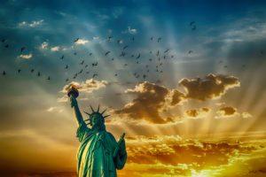 La nota explica qué es el TPS y qué países son elegibles. La foto es ilustrativa de la estatua de la libertad.