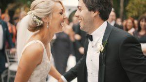 La nota trata sobre el proceso de obtención de la visa de prometido en Estados Unidos. La foto muestra una pareja en su casamiento.